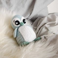 If you are looking for beautiful looking baby booties, look no further. This is so lovely and this is something you can make and is perfect for a 3 to 6 months baby size and perfect as a handmade gift for friends and family. Crochet Birds, Crochet Animals, Diy Crochet, Crochet Toys, Baby Knitting Patterns, Crochet Patterns, Crochet Baby Blanket Beginner, Crochet Baby Booties, Beautiful Crochet