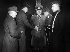 En 1945, el alemán de Infantería general Anton Dostler fue declarado culpable de crímenes de guerra y condenado a muerte antes de que un pelotón de fusilamiento. Momentos antes de su ejecución, una cámara capta una imagen de Dostler estar atado a una estaca. Read more at http://all-that-is-interesting.com/moments-before-nazi-general-executed#ZqQEJKxwcUHKCcIQ.99