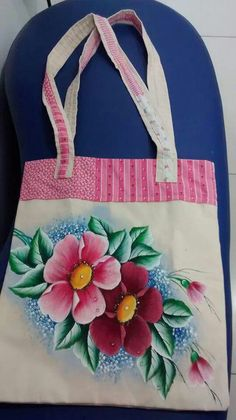 Muy bonita Diy Tote Bag, Tote Bags Handmade, Canvas Designs, Paint Designs, Saree Painting Designs, Painted Bags, Mosaic Crafts, Jute Bags, Hand Embroidery Designs