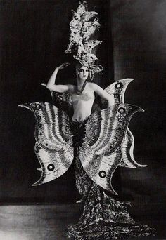 Folies Bergere, The Folies Bergère is a cabaret music hall, located in Paris, France. Established in the house was at the height of its fame and popularity from the Belle Époque through the Années folles. Photo Vintage, Look Vintage, Vintage Beauty, Vintage Images, Vintage Fashion, Weird Vintage, Vintage Photos Women, 1900s Fashion, Vintage Woman