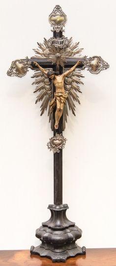 Imagem de Cristo Crucificado, Nosso Senhor do Bonfim, madeira policromada, cruz de madeira, resplendores e dísticos em prata. Bahia, século XIX. Alt. 90cm. Vendido. 3.000,00.