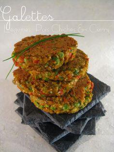 Galettes - Légumes, Pois Chiches & Curry---------------------------Pour 6 belles Galettes  2 c à s de sauce soja 1 c à c de curry en poudre 1 c à c de graines de sésame 1 oeuf 4 c à s de farine de pois chiches (en vente en magasin BIO) 4 c à s de flocons de pois chiches (en vente en magasin BIO) 1/2 poivron rouge (initialement 1 carotte) 1/2 petite courgette 1 oignon cébette avec le vert (initialement 1 oignon) 20 g de petits pois frais ou surgelés  huile d'olive pour la cuisson