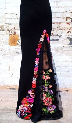 Jupe sirène noire avec motif dentelle, canevas et fleurs multicolores Indian Gowns Dresses, Mexican Dresses, Evening Dresses, Mexican Outfit, African Attire, African Dress, Indian Designer Outfits, Designer Dresses, Vestido Charro