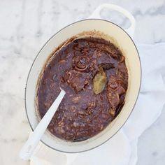 Heerlijke hachee maken van riblappen vlees. Ook kun je de rode kool heel eenvoudig zelf snijden en bereiden. Stoofvlees recepten vind je hier. Ontbijtkoek?