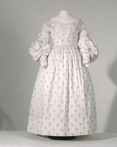 Tageskleid (Frauen, Oberkleidung, Kleid)  Inventarnummer: T7438 Datierung: Um 1830 Ort: Deutschland; Material/Technik: Obermaterial: Baumwol...
