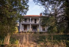 Shrouded in Mystery Abandoned Castles, Abandoned Mansions, Abandoned Places, Old Buildings, Abandoned Buildings, Scary Houses, Haunted Houses, Old Southern Homes, Abandoned Plantations