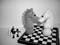 вязаный шахматный конь амигуруми крючком