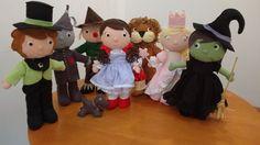 Bonecos de Feltro - O Mágico de Oz (KIT) <br> <br>O anúncio corresponde aos 7 personagens: <br> <br>01 Boneca - Dorothy com Cãozinho Totó; <br>01 Boneco - Leão; <br>01 Boneco - Espantalho; <br>01 Boneco - Homem de Lata; <br>01 Boneca - Bruxa Malvada do Leste; <br>01 Boneca - Bruxa Boa do Norte; <br>01 Boneco - Mágico de Oz; <br> <br>Todos os bonecos são costurados à mão, com enchimentos anti-alérgicos e ficam em pé sem necessidade de suporte. Medem 40 cm de altura. Consultem-nos para outros…