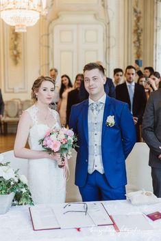 Im prunkvollen Trauungssaal des Standesamtes Bad Völsau /Niederösterreich gaben sich Nina und Stefan das Ja-Wort. Times New Roman, Bad Vöslau, Wedding Dresses, Fashion, Registry Office Wedding, Dress Wedding, Bride Dresses, Moda, Bridal Gowns