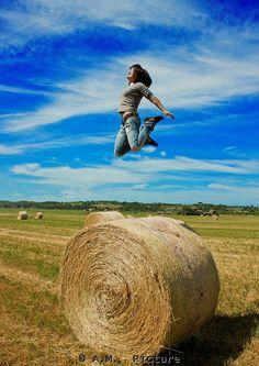 Cecilia salta    Non è un fotomontaggio Cecilia eta in piedi sulla balla e io gli ho chiesto di saltare