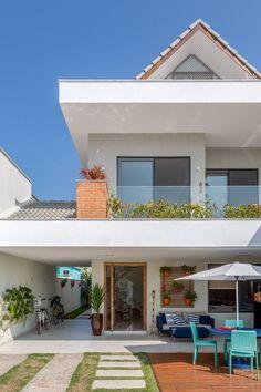 Esta casa de 220 m² no Rio de Janeiro tem estilo praiano e muita luz natural Home Design Decor, Dream Home Design, House Front Design, Modern House Design, Model House Plan, House Plans, Dream House Exterior, Facade House, House Layouts