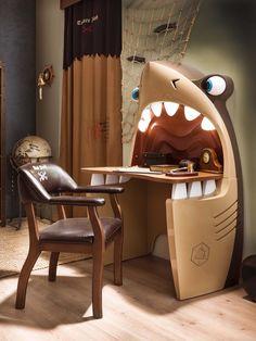 Escritorio tiburón pirata de la serie de muebles infantiles Black Pirate de Cilekspain, dormitorios temáticos. Con luces y ojos móviles...