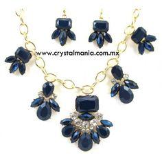 Set de collar y aretes en base dorada con cristales y detalles en tono azul rey estilo 30522