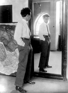 Egon Schiele was an Austrian painter. A protégé of Gustav Klimt, Schiele was a major figurative painter of the early century. His work is noted for its intensity, and the many self-portraits the artist produced. Gustav Klimt, Artist Art, Artist At Work, Painter Artist, Famous Artists, Great Artists, Photo Portrait, Artist Profile, Studios