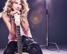Photo] Taylor Swift and her guitar | Famouspopstarz