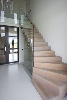 Moderne houten trap met glazen balustrade ST71 Home Stairs Design, Interior Stairs, Home Room Design, Home Interior Design, House Plans And More, Modern House Plans, Style At Home, House Extension Design, Modern Staircase