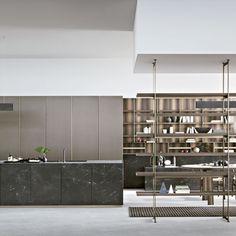 Bucătărie 100% Made in Italy - Design inspirat de natură SEGNI este mai mult decât o simplă bucătărie, este un sistem complex de integrare a zonei de bucătărie și a locului de luat masa cu living-ul, biroul și biblioteca, într-un ambient fluid și omogen.  Elementele naturale precum Marmura atent selecționată și furnirele de stejar ce provin din trunchiuri escavate, cu vechimi mileniale, se suprapun volumelor ultramoderne – minimaliste. Fenix Ntm, Italy Soccer, Decoration, Minimalism, Furniture, Home Decor, Design, Oak Trim, Wallpaper