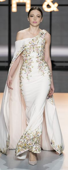 """Haute Couture Glamour: Ralph and Russo - Feminine, luxurious, with sparkles and feathers. this latest couture collection from Ralph and Russo is reminiscent of the """"Old Hollywood Glamour"""" days. Ralph & Russo, Fashion Design Inspiration, Mode Inspiration, Style Couture, Haute Couture Fashion, Haute Couture Gowns, Spring Couture, Vestidos Fashion, Fashion Dresses"""