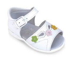 Sandalia de piel para niña con hebilla. El toque de color que le dan las flores hace que sean muy alegres y combinables. Roly Poly Shoes & Boots.