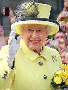 Curiosidades de Isabel II de Inglaterra   6 DATOS DIVERTIDOS SOBRE QUEEN ELIZABETH II  Familia real   Nacida el 21 de abril de1926.Ha estado en el trono británico durante 64 años. Y es el Gobernador Supremo de la Iglesia de Inglaterra el Jefe de la Commonwealth y el monarca constitucional de 16 diferentes estados miembros de la Comunidad de Naciones. No hay duda de ello: la reina Isabel II se ha convertido en uno de los monarcas más importantes y se habla de la historia británica pero no hay…