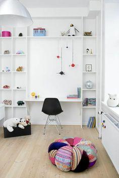 chaise de bureau enfant noire, sol en parquette clair, chaise boule