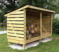 DIY Wooden Pallet Shed Projects Pallet Shed Idea (Dunway Enterprises) For more info (add http: Wooden Pallet Projects, Pallet Crafts, Wooden Pallets, Wooden Diy, Firewood Shed, Firewood Storage, Pallet Shed, Wood Store, Bike Shed