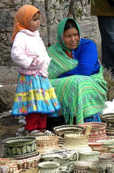 Tarahumara Indian Mother and Daughter at Copper Canyon, Mexico. Madre tarahumara con su niña; Cañon del cobre en Chihuahua, Mexico.