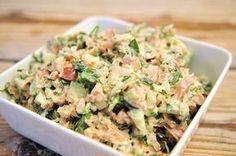 simpele tonijnsalade Ingrediënten: Tonijn - 1 blikje, Ui - 1, kleine Komkommer - 15 cm, Tomaat - 1, Yoghurt - twee eetlepels, Mayonaise - 1 eetlepel, Peper en zout - naar smaak, Rucola - 1 handje. Bereidingswijze: Snij de rucola, tomaat, komkommer en ui klein Prak de tonijn met een vork en meng het met de gesneden groenten in een schaaltje Voeg de yoghurt en mayonaise toe en roer goed Voeg naar smaak peper en zout toe Tip: beleg een simpele kaascracker met deze heerlijk frisse tonijnsalade