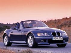 Le BMW Z3 a été produite de 1996 à 2003. Ce petit coupé sportif arbore une ligne séduisante, d'inspiration à la fois rétro et moderne. Motorisé à ses débuts par un bloc 1,8 l de 115 chevaux, il a été un succès commercial en rendant le plaisir de conduire accessible, autant sur le plan de la conduite que sur celui des tarifs. L'apparition dans la saga James Bond assoira sa notoriété.