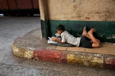 Steve McCurry& photo series shows how people all around the world can get lost in a good story. History Of Reading, Steve Mccurry Photos, Les Philippines, World Press Photo, How To Read People, Foto Real, Kids Reading, Reading People, Reading Books