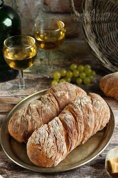 A hagymás kenyérrel egyetlen baj van... túl gyorsan elfogy. :D Most három kisebb kenyérkét sütöttem az egy adag tésztából. Így egy rövidke ideig elhitettem magammal, hogy tovább fog(nak) tartani. De n Bread Recipes, Meat, Food, Drink, Essen, Drinking, Beverage, Yemek