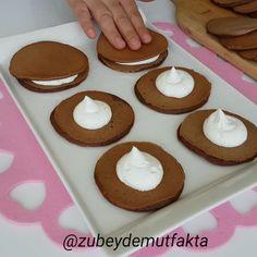Bu tarifi mutlaka kaydedip deneyiniz😊 Inanılmaz güzel oluyor.  Kesinlikle ertesi güne  kalmaz. 👉Tarifi ve videosunu ayrıntılı şekilde 📽Youtube Zübeyde Mutfakta kanalımda paylaştım. Profilimdeki linke tıklayarak kisa yoldan ulaşabilirsiniz. Ayrıca  abone değilseniz, kanalıma abone olmanız beni çok mu... Pub Decor, Doughnut, Waffle, Good Food, Tart, Cookies, Breakfast, Instagram, Desserts