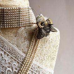 Поскольку Осочка родилась спонтанно, а завтра у меня МК в Москве-анонс дать не успела ❤️ #olyonushka #вышитаяброшь #сваровски #брошь  #украшение #стиль #fashion #jewelry #handmade #follow #beads #embroidery #мастеркрафт #ручнаявышивка #ручнаяработа #brooch #ярмаркамастеров #livemaster #жук #bug #муха #мотыль  #вышивка #король #монарх #корона #бабочка #пчела #шмель