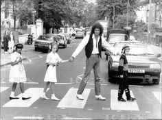 Brian May on Abbey Road whit your son and your daughters or Jimmy May Louisa May Emily May! Queen Ii, Queen Love, Save The Queen, John Deacon, Queen Mercury, Queen Freddie Mercury, Queen Photos, Queen Pictures, Abbey Road