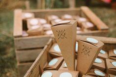 """Pour leur mariage folk champêtre, Justine et Johann ont décidé de personnaliser des pochettes cadeaux grâce à notre tampon mariage """"Bois de cerf"""". Photo : Martin de Say Cheers"""