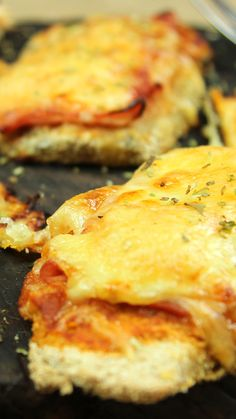 Neapolitan Eggplant recipe INGREDIENTS 2 big Eggplants 150 g of flour 3 Eggs 500 g of breadcrumbs 8 tablespoons of tomato sauce 300 ml of cooking oil 150 g of cooked ham 150 g of mozzarella cheese Oregano to taste Salt to taste Eggplant Dishes, Eggplant Recipes, Salmon Recipes, Chicken Recipes, Steak Recipes, Sandwich Recipes, Easy Dinner Recipes, Breakfast Recipes, Easy Meals