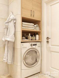 Fürdőszoba burkolat - ötlet világos, elegáns, meleg hangulatú burkolat kombinációhoz, fürdőkád és praktikus kialakítás mosógéppel