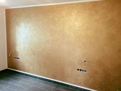 Im matten Gold schimmert unsere italienische Lasur The post Im matte Gold Painted Walls, Gold Walls, Art Walls, Paint Colors For Living Room, Room Colors, Tapete Gold, Wall Color Combination, Interior Paint, Interior Design