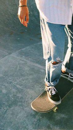 Jeans rasgados e parques de skate. Look Fashion, Mens Fashion, Fashion Outfits, Estilo Tomboy, Skate Girl, Skate Style Girl, Foto Casual, Skater Boys, Skateboard Art