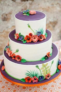 Bánh cưới nhiều màu sắc phù hợp với đám cưới mùa hè vì vẻ đẹp sinh động của chúng.