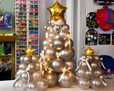 Learn how to make the most beautiful Christmas trees with balloons and get the best Christmas decoration with balloons for your home or next social event Balloon Arrangements, Balloon Centerpieces, Balloon Decorations Party, Birthday Decorations, Christmas Decorations, Balloon Ideas, Christmas Events, Christmas Birthday, Christmas Crafts