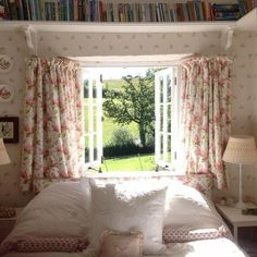 Eye For Design: Create Cozy English Cottage Rooms With Floral Chintz Fabric. I really love the idea of book's above the bed💖 English Cottage Bedrooms, Country Cottage Bedroom, English Cottage Interiors, English Cottage Style, English Country Decor, French Cottage, Cozy Cottage, Cottage Living, English Cottages