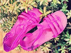 Sandali in cuoio made in italy di colore fucsia. Bellissimi, vero?? Acquista on line su www.sandalishop.it