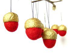 https://www.alittlemarket.com/accessoires-de-maison/fr_glands_rouges_et_or_lot_de_huit_decoration_a_suspendre_en_laine_feutree_par_lapoissonnerie_-19304576.html