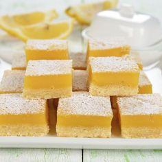 Lemon-Brownies  ZUTATEN Für eine 25x20cm Form: • Für den Kuchen: 85g Mehl 85g Zucker 30g Kokosraspeln 2 Eier 1 Prise Salz 60g weiche Butter Schale von 1 Zitrone 2 EL Zitronensaft 1 Teelöffel Backpulver • Für die Zitronenglasur : 60g Puderzucker 3 EL Zitronensaft Schale von 1 Zitrone