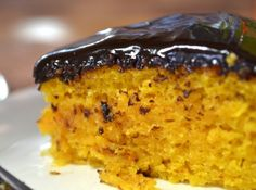 Muito fácil de fazer, esta receita de bolo de cenoura vai agradar a todos. É só bater no liquidificador e assar, não dá trabalho nenhum!