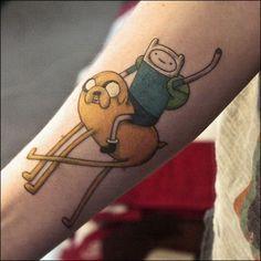 O desenho animado Hora de Aventura em lindas tatuagens com os personagens Finn, Jake e muitos outros bichinhos. As mais lindas tatuagens de Hora de Aventura.