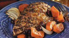 Orange-Glazed Roast Chicken Breasts with Sweet Potatoes. Enjoy this baked chicken and sweet potatoes seasoned with tangy orange juice and cranberries - a flavorful dinner. Roasted Chicken And Potatoes, Roasted Chicken Breast, Roast Chicken, Baked Chicken, Boneless Chicken, Banting Diet, Banting Recipes, Healthy Recipes, Healthy Food