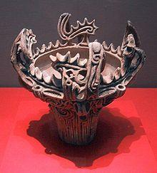 Récipient de terre cuite orné de « flammèches ». (Jōmon Moyen, 3 000-2 000) Musée national de Tokyo