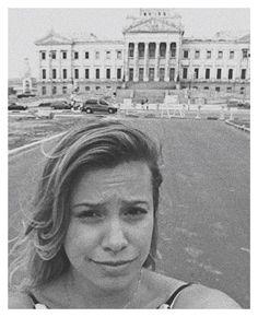 Moça na frente frente da Faculdade de Direito. Dez 2015